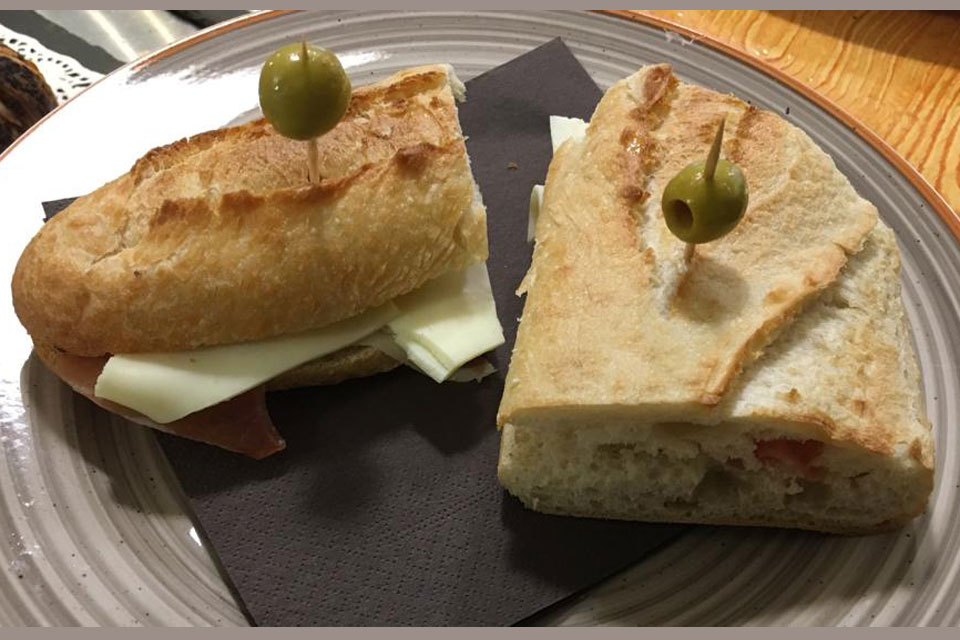Bocadillo jamon y queso Mengottis Cafe